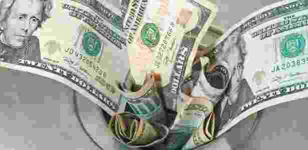 desperdício dinheiro ralo jogar dinheiro fora economizar poupar dívida endividado finanças economia - Getty Images/iStockphoto - Getty Images/iStockphoto