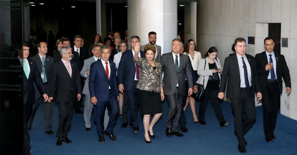 29.ago.2016 - A presidente afastada, Dilma Rousseff, chega ao Senado ao lado de petistas e do presidente do Senado,Renan Calheiros (PMDB-AL), para fazer sua defesa contra o processo de impeachment