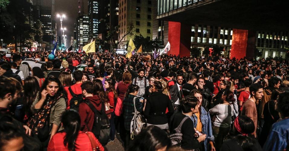 31.ago.2016 - Manifestantes protestam em frente ao Masp na Avenida Paulista contra o impeachment da ex-presidente Dilma Rousseff. Dilma foi condenada nesta quarta-feira (31) pelo Senado no processo de impeachment por ter cometido crimes de responsabilidade na condução financeira do governo. O impeachment foi aprovado por 61 votos a favor e 20 contra