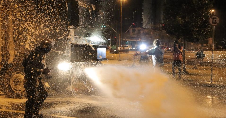 Policiais da Tropa de Choque da PM de SP tentam dispersar manifestantes do protesto contra Michel Temer no entorno do largo da Batata, em Pinheiros, zona oesta de São Paulo, na noite deste domingo (4)