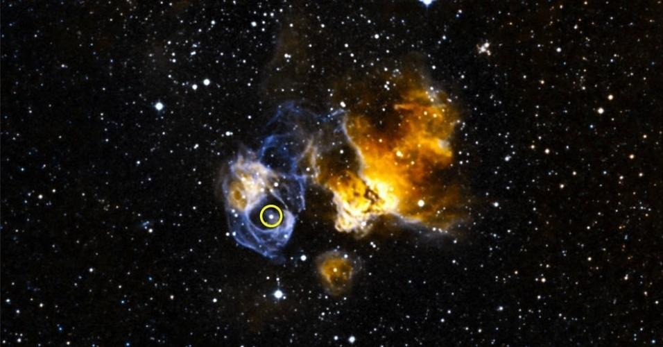 BRILHA MUITO - Uma equipe de cientistas da Nasa descobriu a primeira estrela binária de raios-gama localizada em outra galáxia usando o telescópio espacial Fermi Gamma-ray. O sistema formado por duas estrelas, apelidado de LMC P3, produz uma inundação cíclica de raios gama, a mais alta forma de energia da luz. A estrela (ponto branco em volta do círculo) foi encontrada em uma supernova na Nuvem de Magalhães, uma pequena galáxia a 163 mil anos-luz de distância da Terra