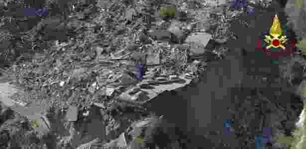 Imagem mostra destruição de terremoto de magnitude 6,6 que atingiu a Itália neste final de semana - Vigili del Fuoco/ BBC