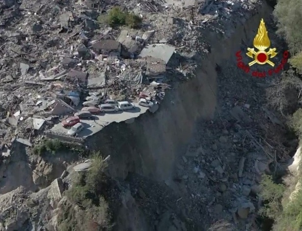 Destruição provocada na Itália por um terremoto nos dias 30 e 31 de outubro