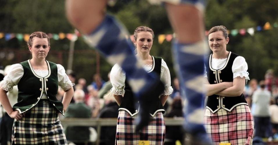 Dançarinos folclóricos participam de competição na Escócia. Desde a metade do século 19 os Jogos de Lonach Highland Gathering celebram as tradições escocesas com gaiteiros, danças e competições esportivas