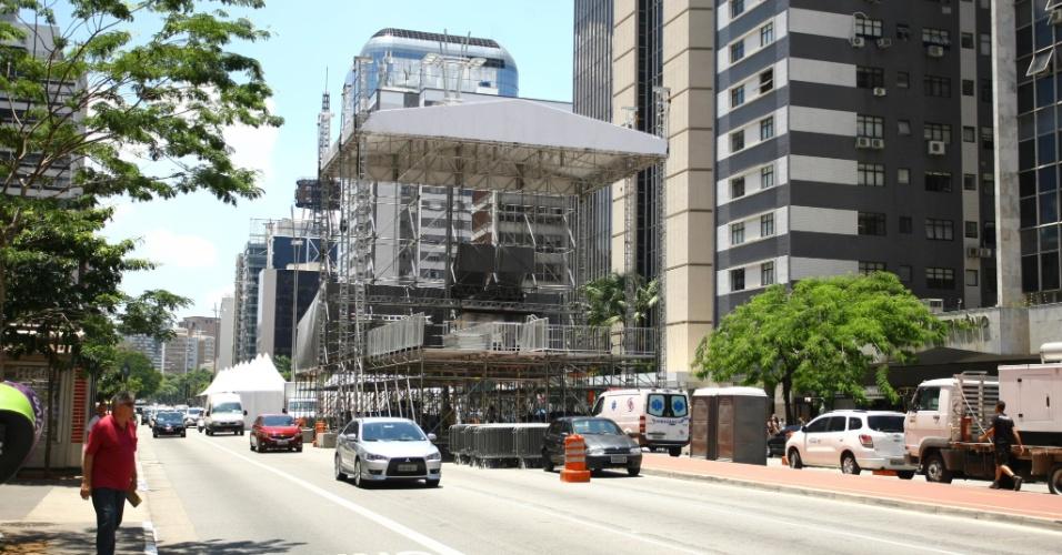 29.dez.2016 - A montagem do palco para o Réveillon na avenida Paulista, em São Paulo, está quase pronta. Quatro faixas da avenida estão bloqueadas, comprometendo o trânsito na região nos dias que antecedem a festa.