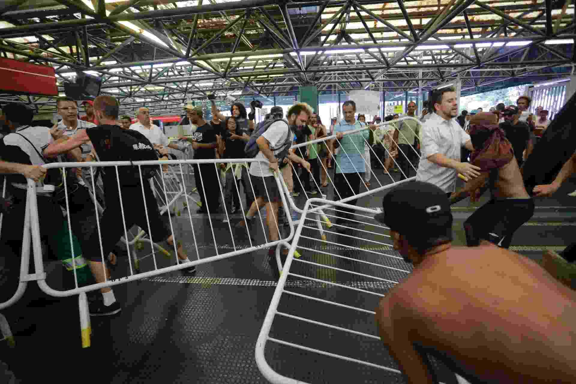 Manifestantes entram em confronto com funcionários do Metrô em ato contra a morte do ambulante Luiz Carlos Ruas na estação Pedro 2º, na região central da capital paulista - Nelson Antoine/FramePhoto/Estadão Conteúdo