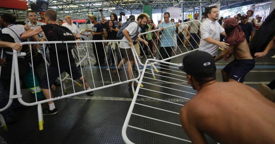 Manifestantes entram em confronto com funcionários do Metrô em ato contra a morte do ambulante Luiz Carlos Ruas na estação Pedro 2º, na região central da capital paulista