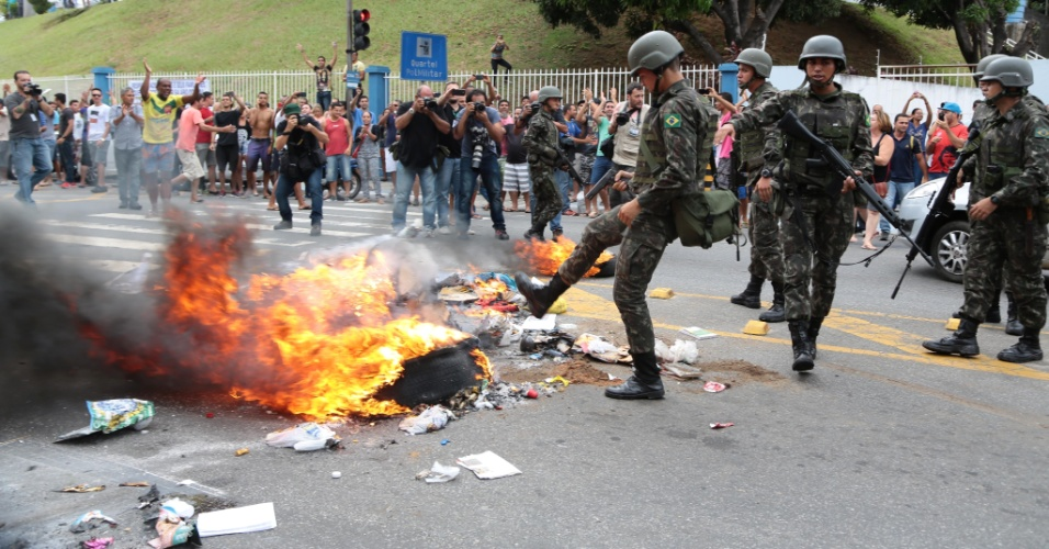 7.fev.2017 - Membros do Exército reprimem manifestação na porta do quartel do Comando Geral da PM no bairro Maruípe, em Vitória