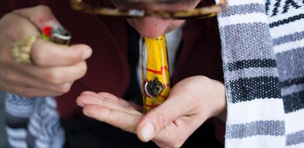 Nikolas Michaud fuma maconha como parte de seu tratamento em uma clínica de reabilitação, em Los Angeles