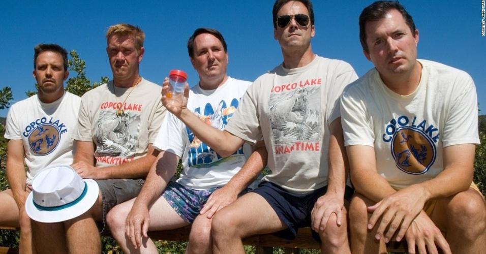 """John """"Wedge"""" Wardlaw, Mark Rumer-Cleary, Dallas Burney, John Molony e John Dickson (da esquerda para a direita) tiraram a mesma foto ao longo de 35 anos"""