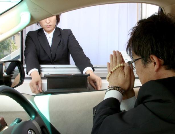O visitante pode permanecer no carro e todos os movimentos de oração são filmados e retransmitidos para a sala do velório