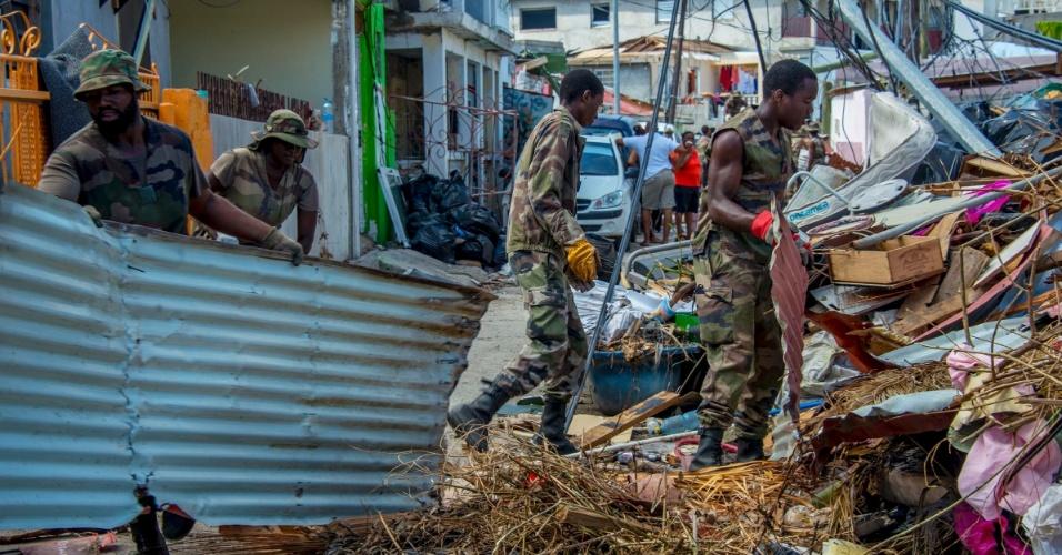 18.set.2017 - Soldados retiram escombros de local devastado pelo furacão Irma em Saint-Martin, em Guadalupe, momentos antes da chegada do furacão Maria