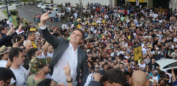 5.out.2017 - O pré-candidato à presidência da República 2018 pelo PSC, Jair Bolsonaro, é recebido por partidários na chegada ao Aeroporto Internacional de Belém