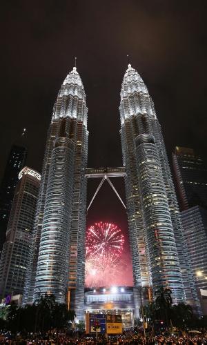 31.dez.2017 - Fogos de artifício explodem atrás das torres gêmeas Petronas, em Kuala Lumpur, durante o Ano Novo na Malásia
