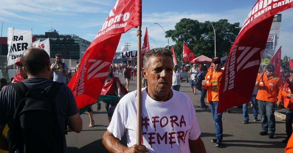 Manifestante pró-Lula aguarda resultado do julgamento no TRF-4 em torno do Anfiteatro Pôr do Sol no Guaíba, em Porto Alegre