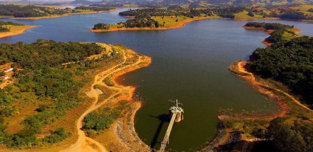 Vista aérea da represa do rio Jaguari, em Joanópolis, no interior de São Paulo, na sexta-feira (11)