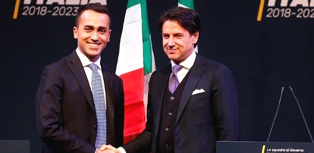 Líder do Movimento Cinco Estrelas, Luigi Di Maio cumprimenta o novo premiê, Giuseppe Conte (d)
