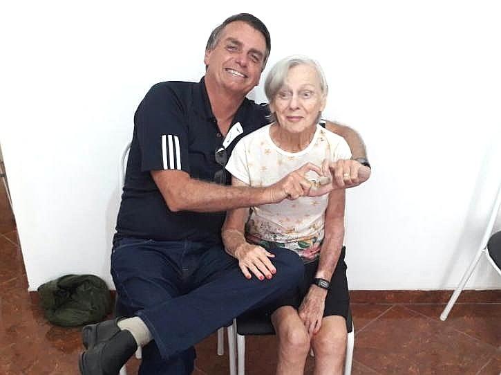 28.mar.2018 - Jair Bolsonaro com a mãe, Olinda, em seu aniversário de 91 anos. Ele é o segundo de sete filhos