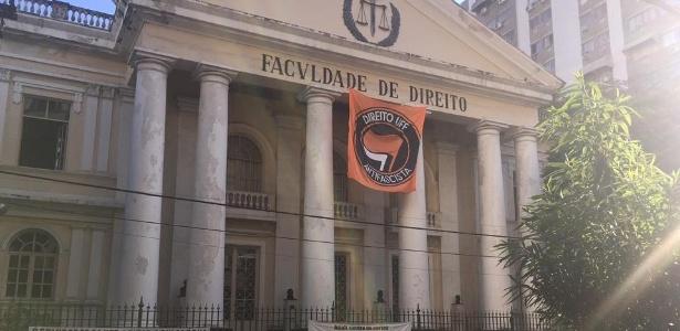 Bandeira que foi retirada da fachada da Faculdade de Direito da UFF em Niterói