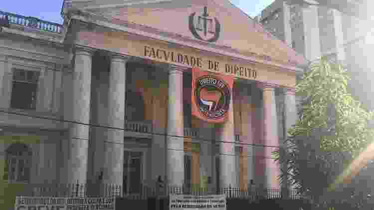 """Bandeira """"Direito UFF Antifascista"""" pendurada na fachada da faculdade de Direito da UFF em Niterói. A bandeira foi retirada por fiscais do TRE-RJ - Reprodução/Facebook - Reprodução/Facebook"""