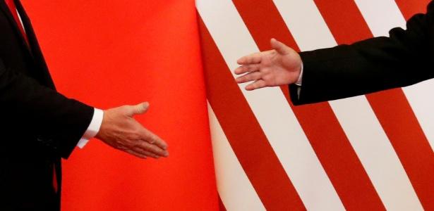 09.nov.2017 - O presidente dos Estados Unidos, Donald Trump e o presidente da China, Xi Jinping, se cumprimentam durante encontro em Pequim. Hoje, as duas maiores economias do mundo vivem uma disputa comercial - Damir Sagolj/Reuters