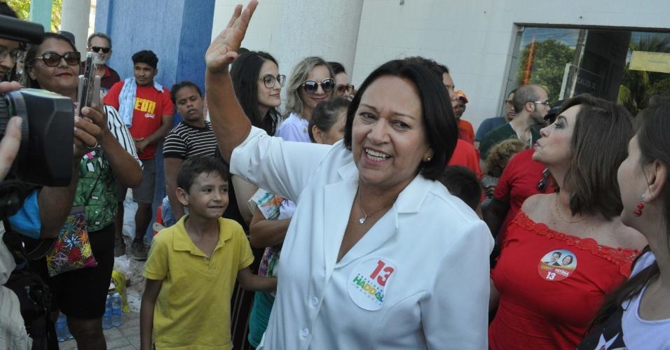 28.out.2018 - Fátima Bezerra (PT) vota na Universidade Estácio, na zona sul da Natal (RN)
