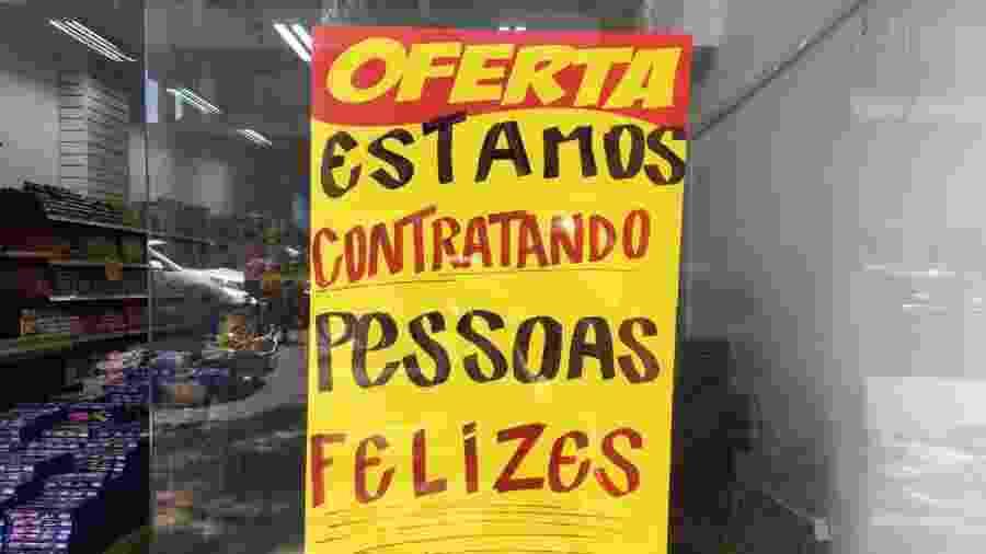 """Anúncio de vaga da rede Multi Gula, em Curitiba (PR), que está contratando """"pessoas felizes"""" - Zac Lucatelli/Divulgação"""