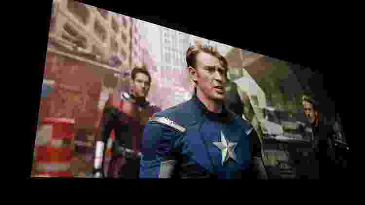 """Projeção de cinema com tela LED modular da sala Samsung Onyx 4K exibindo """"Vingadores: Ultimato""""; cor vermelha é um pouco mais viva, a definição melhora de leve e o enquadramento parece um pouco mais claro - Márcio Padrão/UOL"""