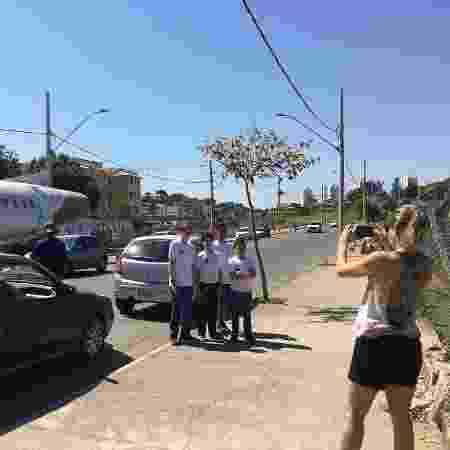 Moradores da região posando para fotos em frente ao avião - Amanda Diaz/BHAZ