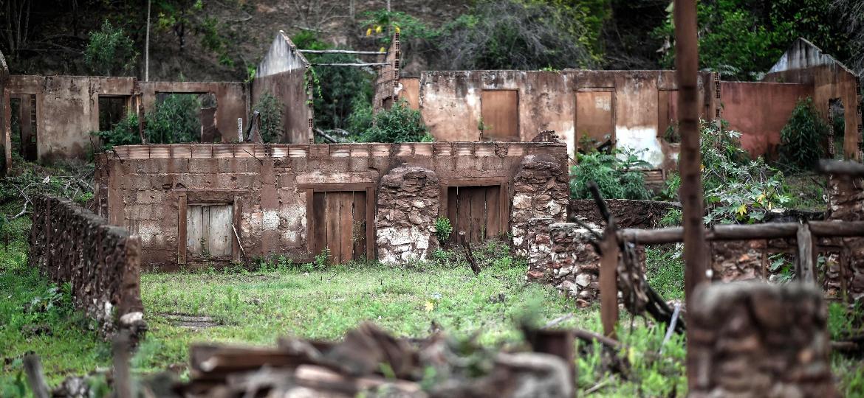 https://conteudo.imguol.com.br/c/noticias/05/2019/11/02/21out2019---vista-de-ruinas-de-uma-casa-destruida-pelo-colapso-de-barragem-em-mariana-em-novembro-de-2015-1572718991775_v2_1170x540.jpg