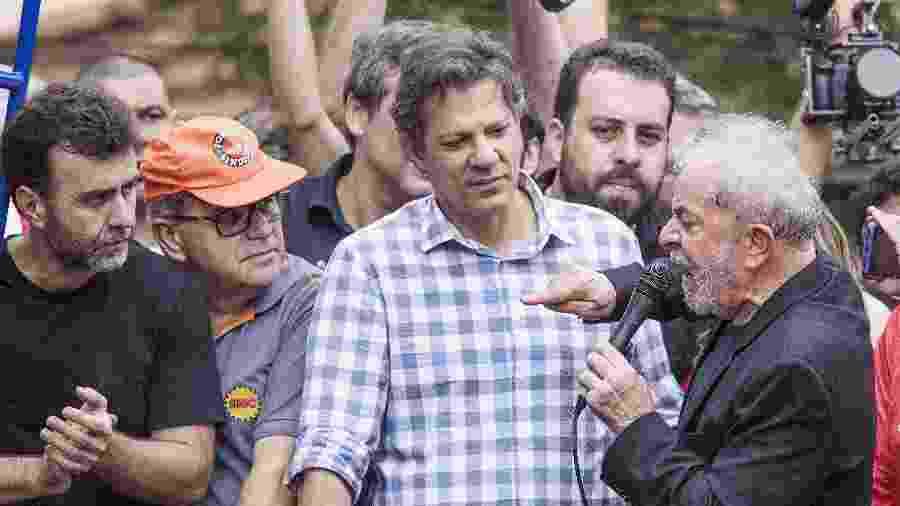 Após ser solto, o ex-presidente Luiz Inácio Lula da Silva (à direita) discursou, em São Bernardo do Campo (SP), ao lado (da direita para a esquerda) de Guilherme Boulos (PSOL), Fernando Haddad (PT) e Marcelo Freixo (PSOL), de camiseta preta - Eduardo Knapp - 9.nov.2019/Folhapress