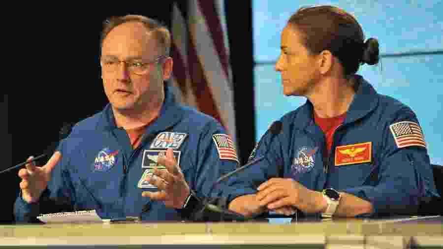 20.dez.2019 - Astronautas da Nasa (agência espacial dos EUA) Mike Fincke (à esquerda) e Nicole Mann explicam sobre a situação da cápsula espacial Starliner, da Boeing, lançada ao espaço hoje do Cabo Canaveral (EUA) - Steve Nesius/Reuters
