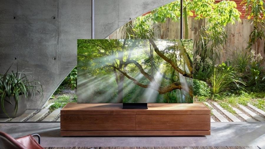 Foto mostrando a novidade da Samsung, um televisor enorme com tecnologia QLed e resolução 8k, este modelo é um dos maiores, chegando até 256 polesgadas.