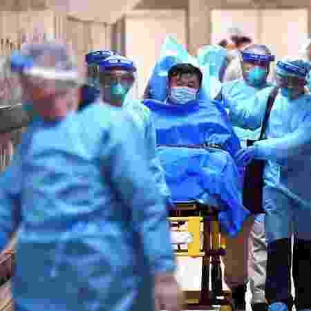 22.jan.2020 - Médicos transferem paciente com suspeita de estar com o coronavírus no hospital Rainha Elizabeth, em Hong Kong - Reuters