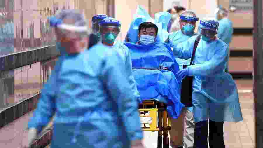 22.jan.2020 - Médicos transferem paciente com suspeita de coronavírus no hospital Rainha Elizabeth, em Hong Kong - Reuters