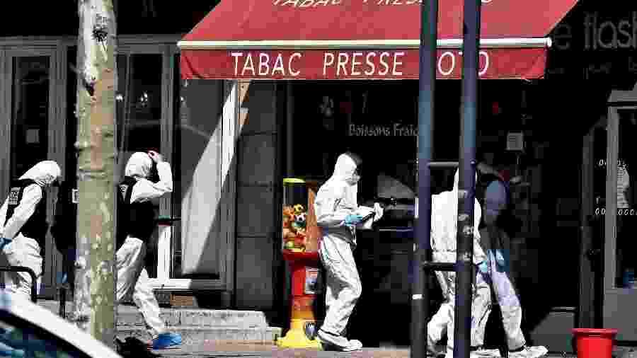 Policiais entram no local onde ocorreu o ataque na França - Jeff Pachoud