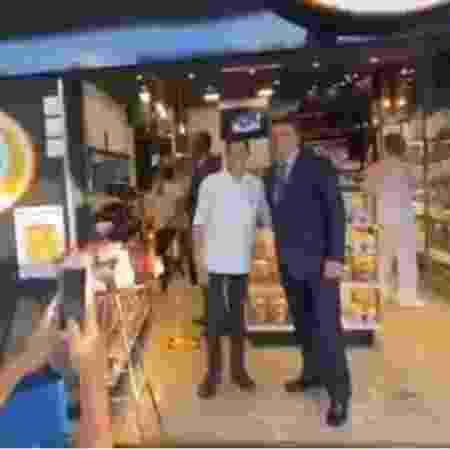 Bolsonaro e comitiva vão a uma padaria de Brasília sem máscara; alguns funcionários chegaram a tirar a que usavam para cumprimentá-lo e para posar para fotografias e fazer selfies - Reprodução/Redes sociais