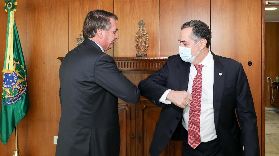 13.mai.2020 - O presidente Jair Bolsonaro e o ministro do STF Luís Roberto Barroso se cumprimentam usando os cotovelos - Marcos Corrêa/PR