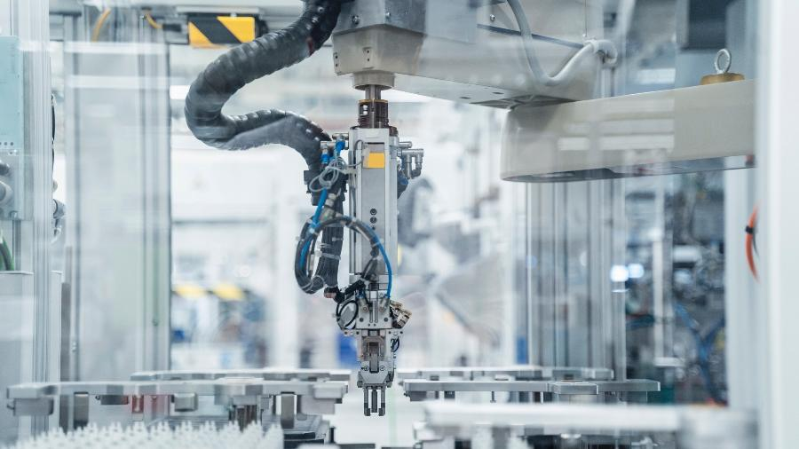 Robô é usado em linha industrial - Getty Images / Westend61