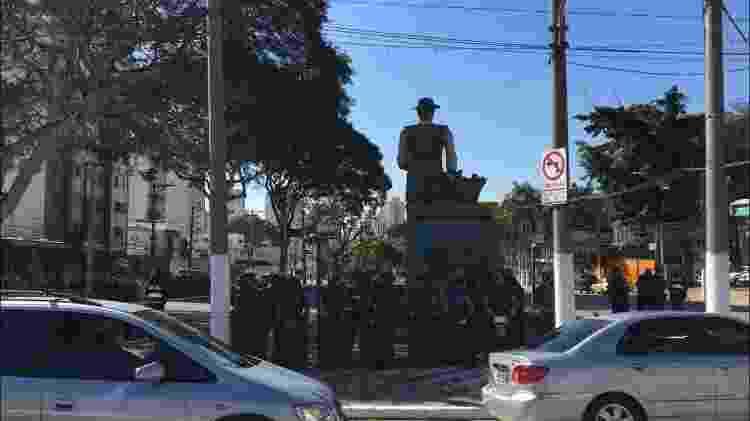 Policiais escoltam estátua de Borba Gato, em SP, em ato contra racismo - Luís Adorno/UOL - Luís Adorno/UOL