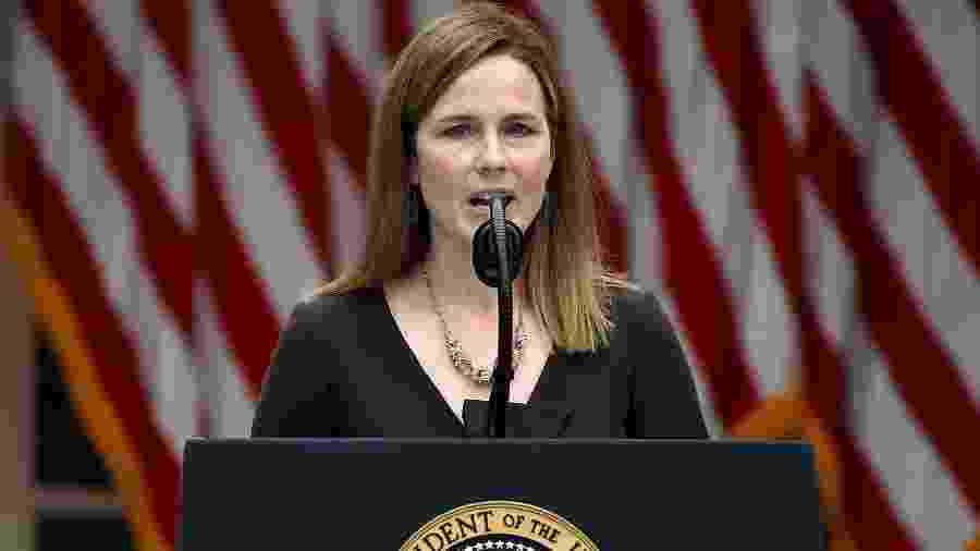 A juíza Amy Coney Barrett discursa na Casa Branca após ser indicada pelo presidente dos EUA, Donald Trump, à Suprema Corte - Olivier DOULIERY / AFP
