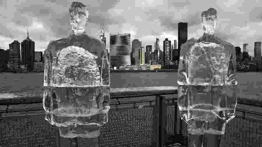 Estátuas de gelo representando Donald Trump e Jair Bolsonaro são colocadas em frente à ONU, em Nova York, durante cúpula sobre o meio ambiente - REUTERS/Carlo Allegri