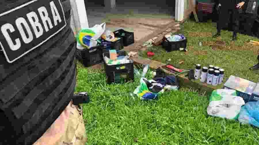 3.dez.2020 - Polícia encontrou roupas e acionador para explosivos em uma casa em Três Cachoeiras (RS). O local pode ter sido usados pelos criminosos que assaltaram dois bancos em Criciúma, no início da semana, antes da fuga - Divulgação