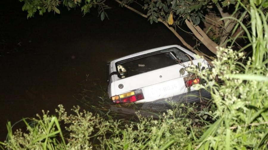 Carro caiu em um rio em Campos dos Goytacazes - Rodrigo Silveira/Folha da Manhã, cortesia ao UOL