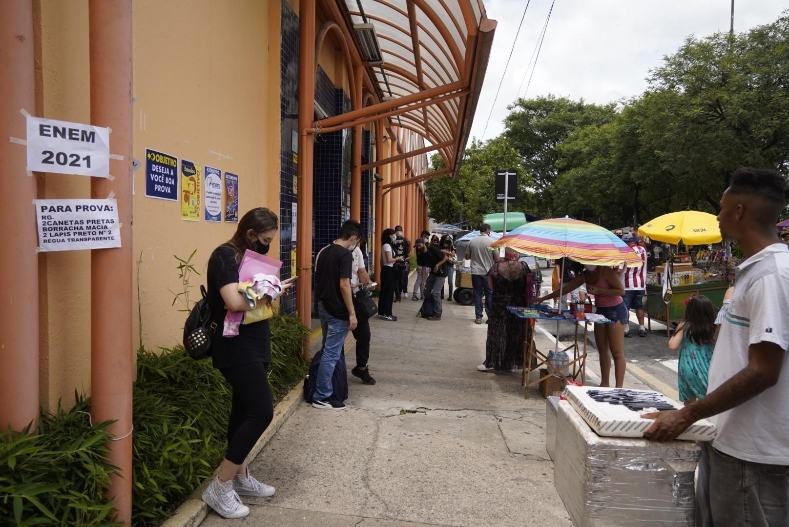 Alunos chegam para fazer o 1º dia do Enem impresso em faculdade da zona oeste de São Paulo - André Porto/UOL