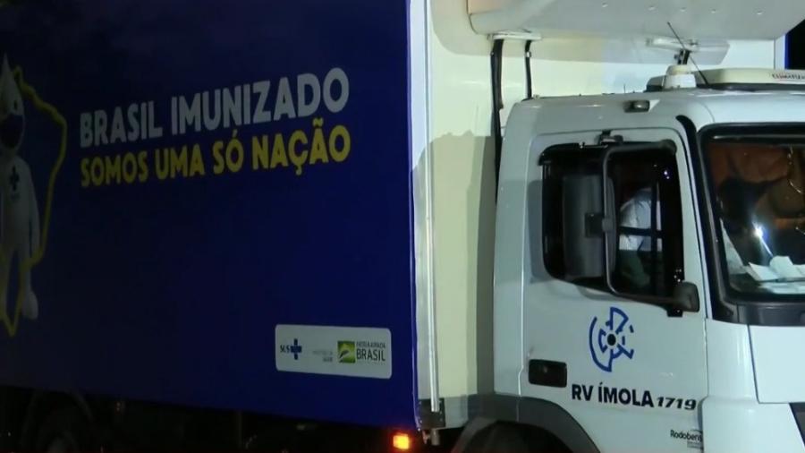Caminhão com insumos para produção chegou a unidade da Fiocruz, no Rio de Janeiro, na noite deste sábado - Reprodução/GloboNews