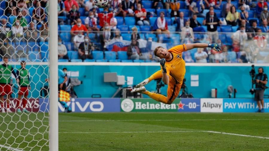Goleiro da Finlândia voa com placas de Alipay e Vivo ao fundo - UEFA Press