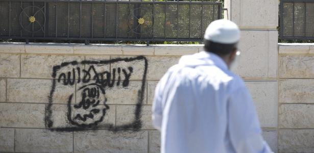 5.jul.2015 - Palestino passa por pixação de suposta bandeira do Estado Islâmico em Jerusalém - Abir Sultan/EPA/EFE
