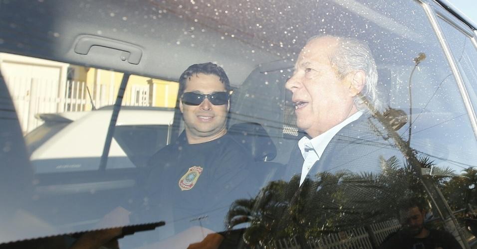 """3.ago.2015 - O ex-ministro da Casa Civil José Dirceu foi preso nesta segunda-feira (3) em nova fase da operação Lava Jato, em Brasília. Essa é a 17ª fase da Lava Jato, denominada """"Pixuleco"""", e ocorre em Brasília e nos Estados de São Paulo e Rio de Janeiro. Segundo a PF, os presos deverão ser levados para a Superintendência da Polícia Federal em Curitiba (PR), onde permanecerão à disposição da 13ª Vara da Justiça Federal"""