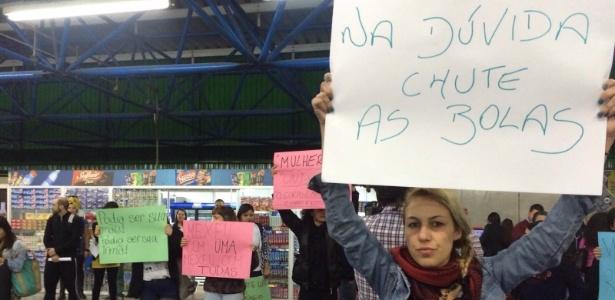 Simpatizantes do movimento Chega de Assédio fazem um protesto na estação Barra Funda, em SP, em 2015
